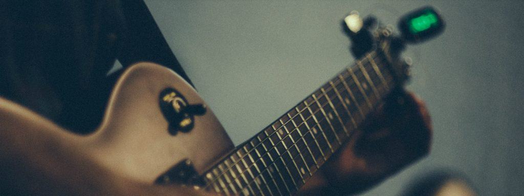 Tuning your guitar with a guitar tuner